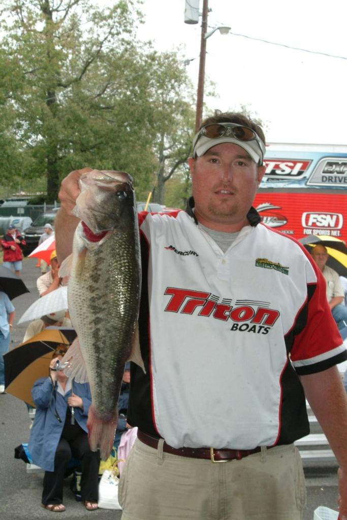 Image for Hodges holds slim 1-ounce lead on Kentucky Lake