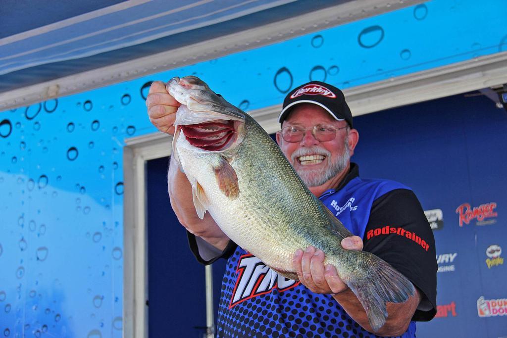 Image for 10-pounder anchors Hughes' Clear Lake lead