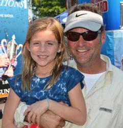 Fifth-place pro Jeff Vizachero celebrates with his daughter after the day-two weigh-in.