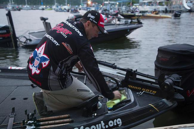 Boy Scouts pro Tom Redington traveled all the way from Texas to try his hand at the Rayovac FLW Series event on Kentucky Lake. He made sure his depth-finder screens were clean and clear before takeoff. They'll get a workout today.